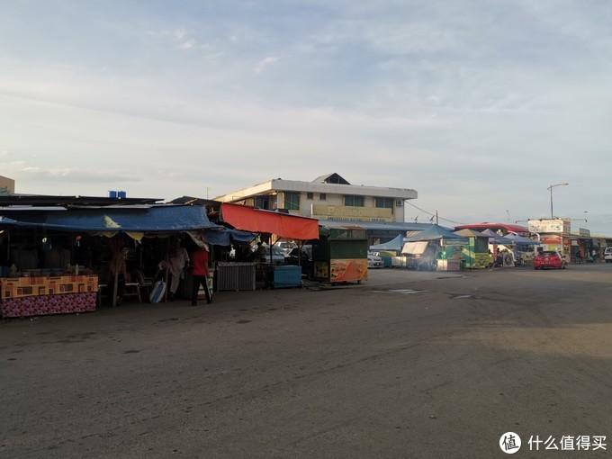 穿过前方的市场就可以抵达其中一个码头
