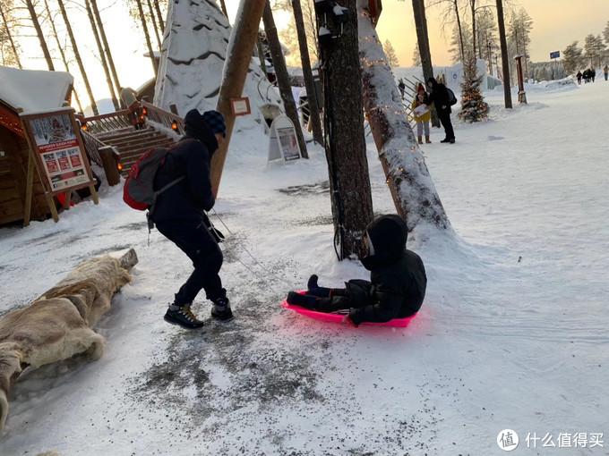 小朋友们是不会放弃任何玩雪的机会的,一有机会就开干