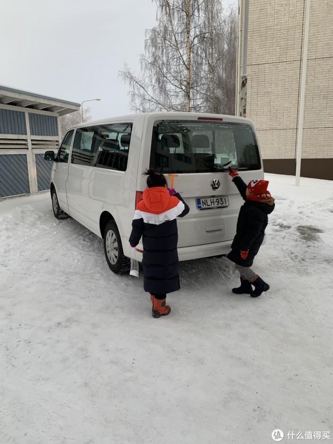 派小工给车除下雪