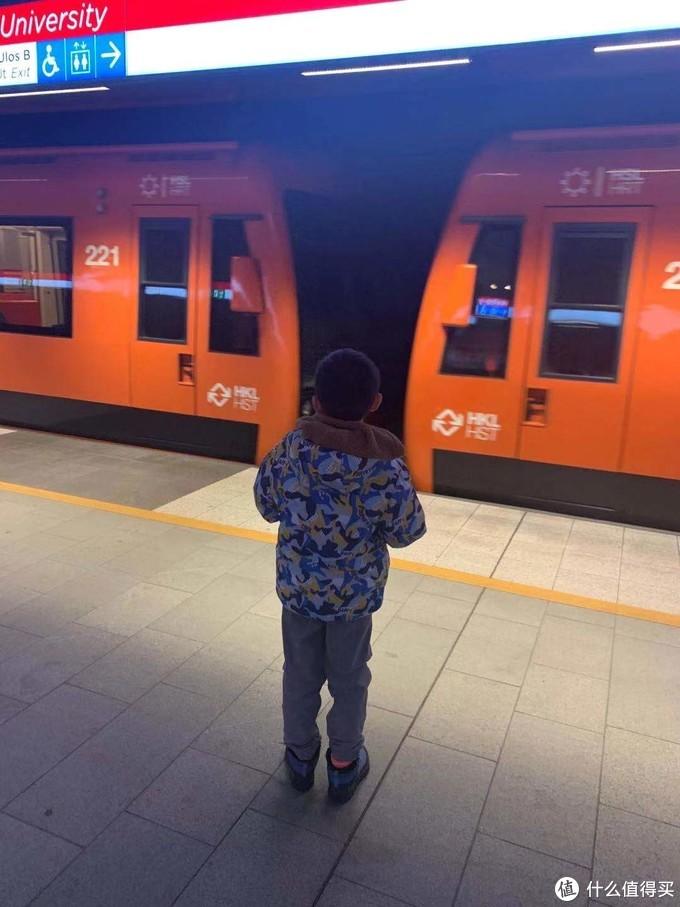 我们家小朋友是个地铁狂热爱好者,不管去到哪个城市,有地铁的话必须要坐一坐,然后我和他爸爸就陪着他来回坐了一个小时地铁,小朋友也算心满意足了