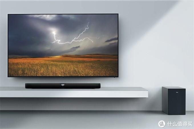 Soundbar直接搁置在电视机机柜上。注意,超低音可以放置在一旁