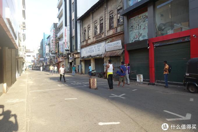 街道上打板球的人