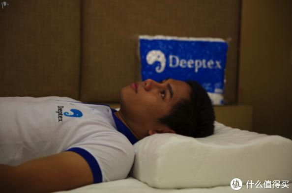 「我们下文的采访对象deeptex的泰国sales manager--泰北人max atthi 演示如何睡眠中保持脊椎和颈椎相对平直无侧弯」