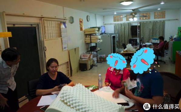 「传统的泰国乳胶工厂的接待室 felixcover团队在这里采访了工厂老板和他的妹妹」