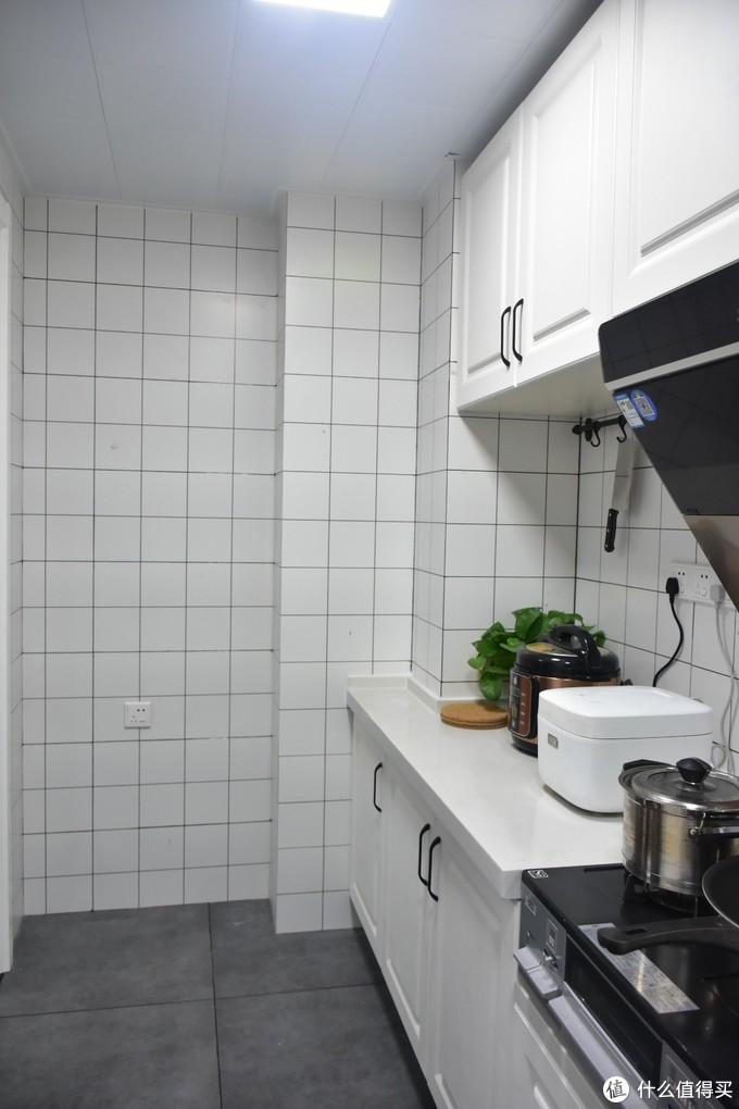 比如先拿橱柜或者冰箱后面的墙壁下手
