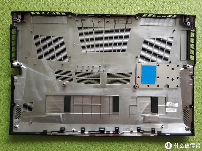 ↑后盖塑料材质,硬盘位自带了导热固体硅脂,好评