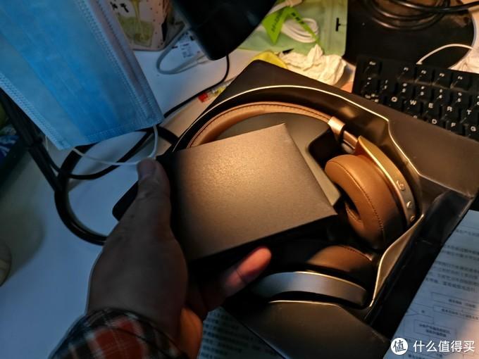 打开包装就一个耳机,一个小黑盒