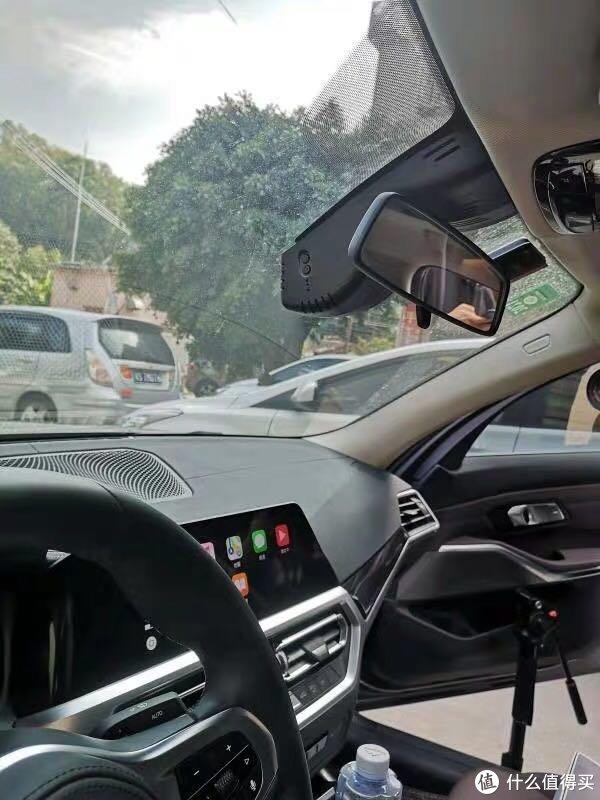 记录仪安在原车后视镜后面,安装好车内驾驶人视角