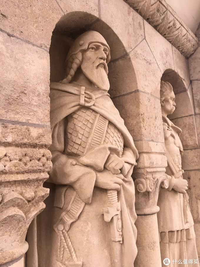 渔人堡楼梯两旁的雕塑