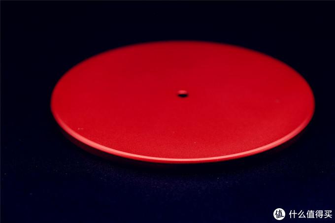 底盘实物还是比较沉的,这样也可以使得整体放在桌面上比较稳定