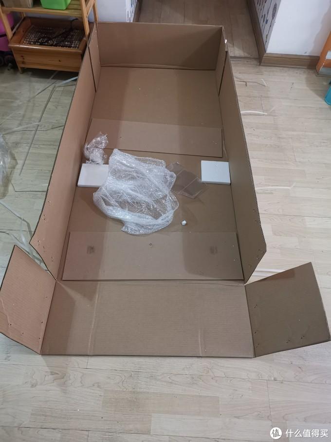 拆开的纸箱