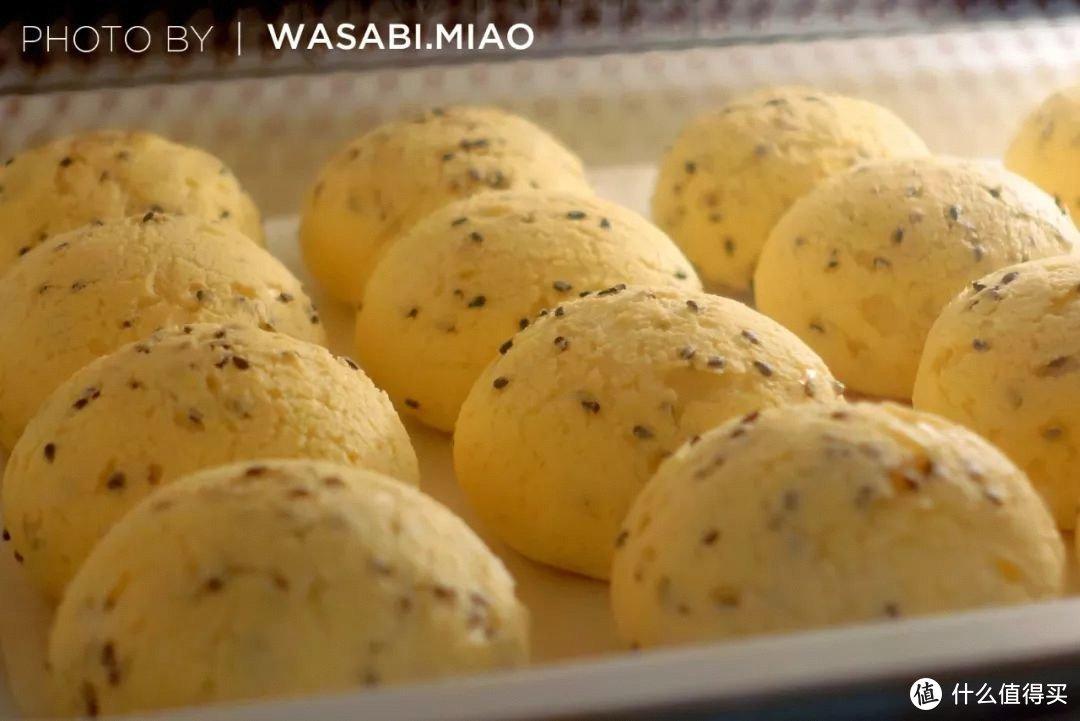 烤箱工作状态下拍摄的麻薯包照片
