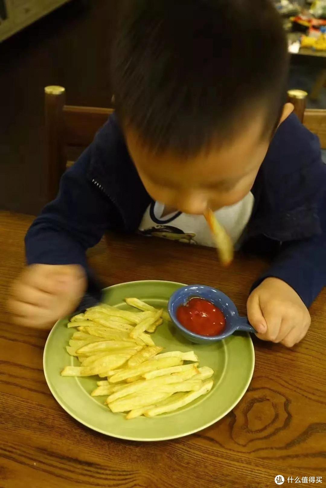 吃薯条开心到模糊的被哄小蓝孩