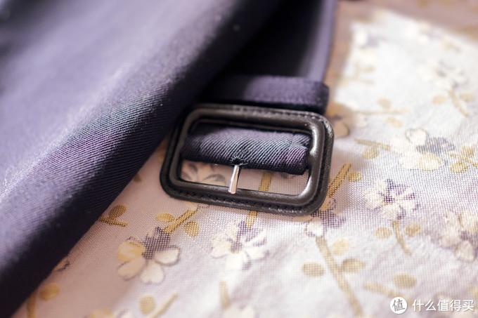 腰带的材质也是和衣服一样的,还以为会是皮的或者其他材料。样子很简单。