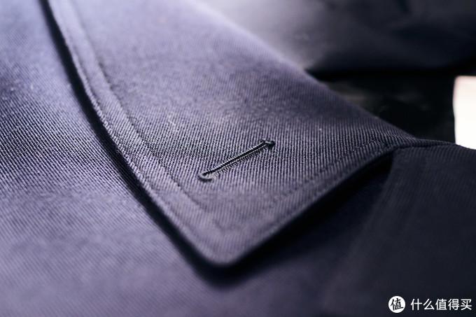衣领部分是那种有缺口的领子,而且做的还挺宽大的。