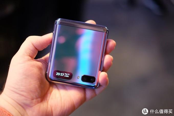 """万元起售的三星折叠屏手机就是一个""""划痕收集器""""?"""
