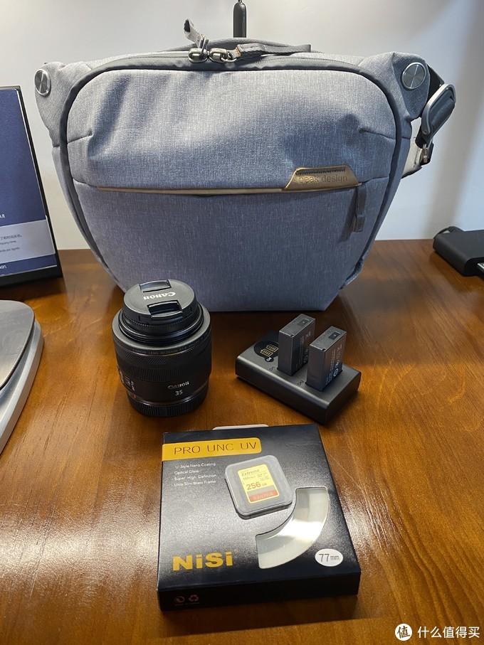 除了RF35。还买了滤镜2枚,256G内存卡一张,电池2块,相机包一个。除此之外还有和包一个牌子的手带一条。有快拆也非常方便。到的比较晚,没上镜。