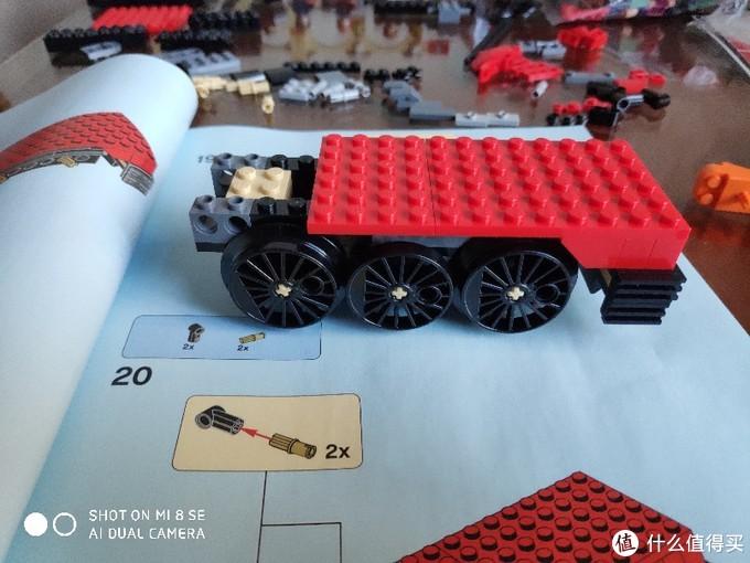 先安装左右大轮子再安装中间小轮子,大轮子的边缘回在小轮子的下面,两种轮的厚度一致,小轮少了弧形的圆形外包边缘