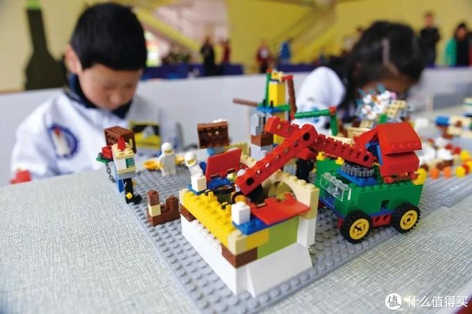 积木玩具适合大多数小孩以及亲子拼装