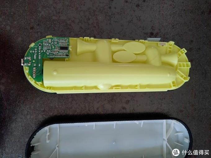 拆开充电盒,用一字螺丝刀找准卡扣位置撬