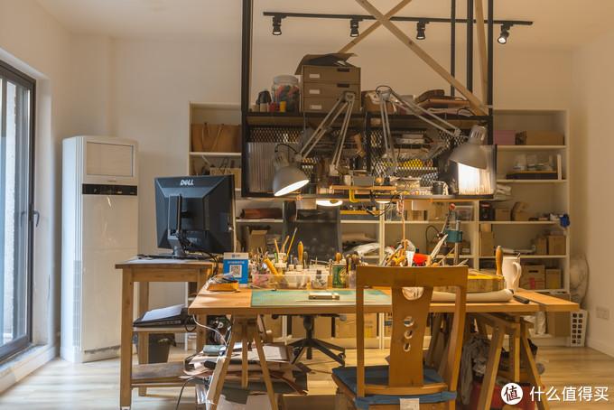 吊架非常好用, 以至于背后的毕利书柜都没怎么用, 常用的工具和资材全堆在吊架上