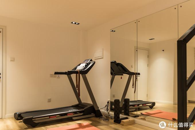 暂时只有一台跑步机,装了一整面墙的镜子,让老婆跳操的时候用
