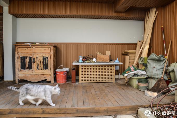 这里现在堆放了一些木工材料和工具,我经常还来加工一点东西,家里面还有不少地方需要逐渐修整