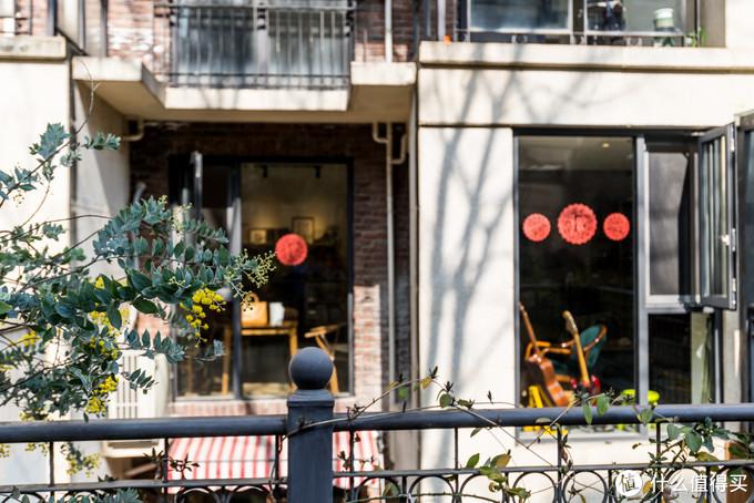 从花园看向客餐厅