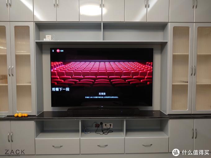 电视挂墙及回音壁放在电视柜上,安装完毕的效果