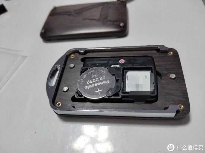 芯片放进去是这样子,以后换电池要多拆几个螺丝了