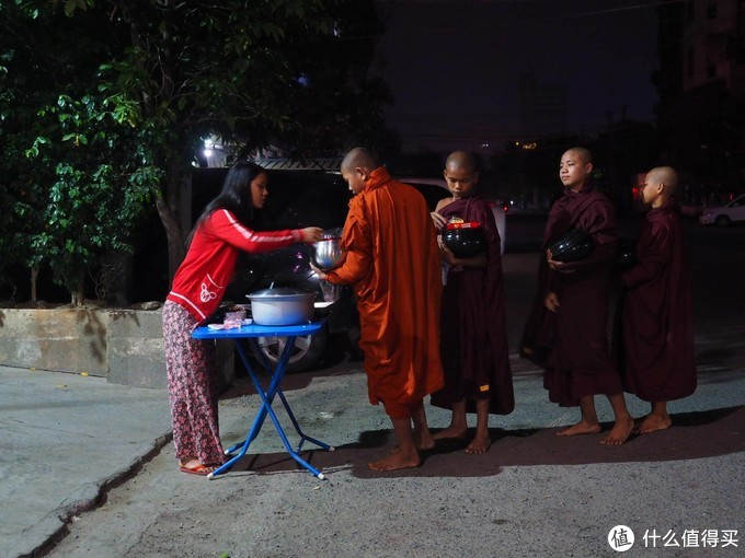 这里的和尚能吃肉?——缅甸蒲甘大型布施现场