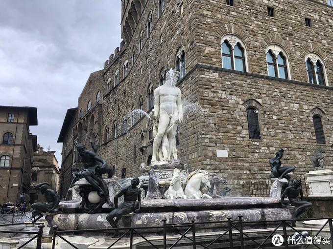 旧宫门口的海王雕塑喷泉