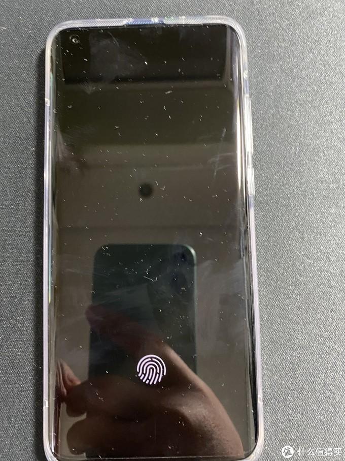▲这个屏下指纹解锁特别方便,苹果11没有这个功能,只能面部解锁,尤其现在疫情期间出门都带着口罩,去商店买东西的时候解锁要憋气把口罩下拉露出下巴,付款的时候又要憋气把口罩下拉,真的非常费时。所以指纹解锁真的很方便。