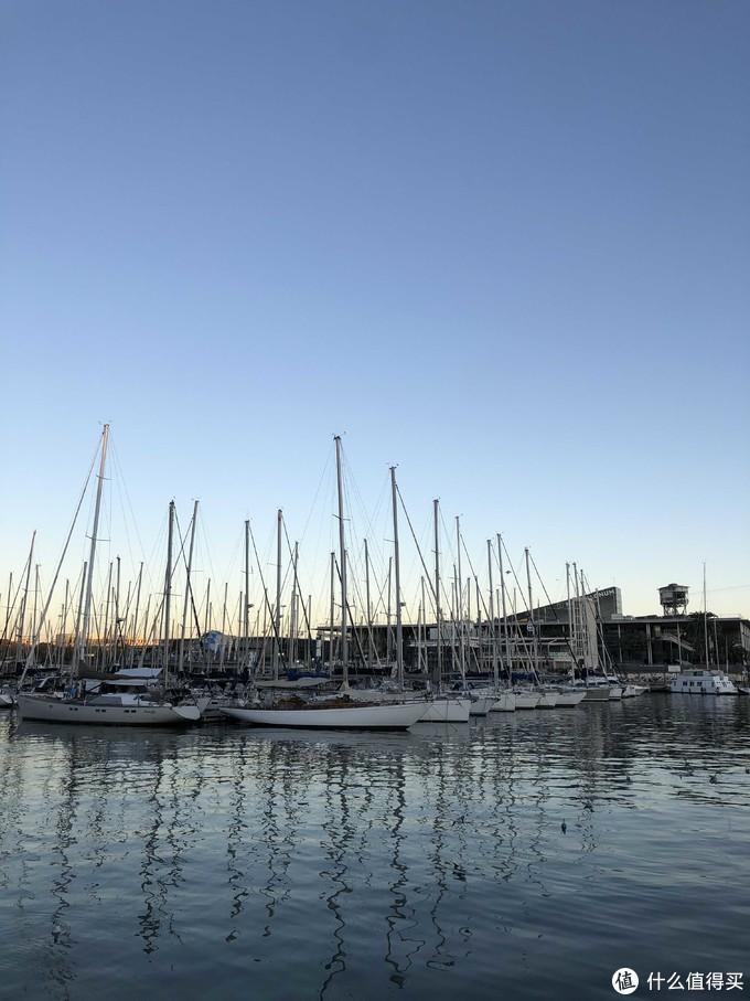 哥伦布纪念碑边上的港口,都是富人停泊船只地方