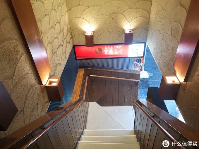 楼梯上来就是了