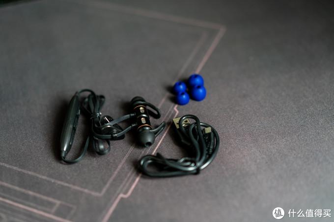 拿出来看,入耳式蓝牙耳机一条,充电线一条,附赠的大小耳塞各一对