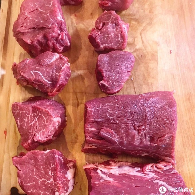 这是一条分切好的菲力,每一段都会有点不同,所以永远不存在一模一样的两块肉