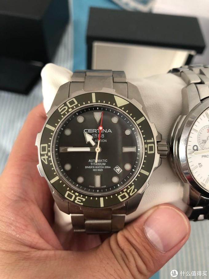 手表6点位置强调了TITANIUM的材质和防水技术