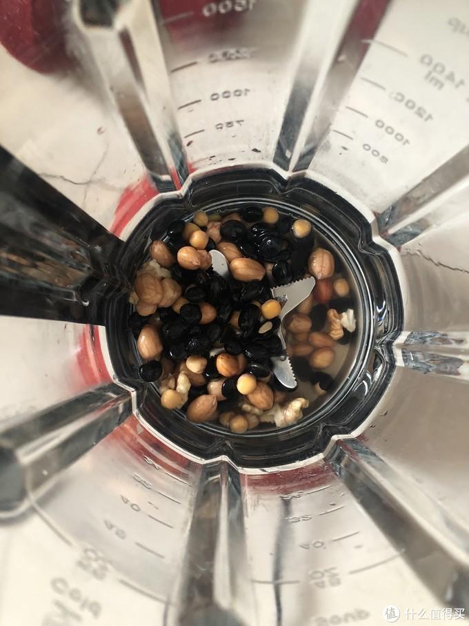 家里没有黄豆,只有一些黑豆。于是用黑豆、花生和核桃等混合做一个五谷豆浆。两台机器的配料和水量大致相同