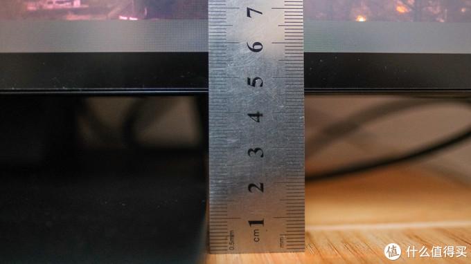 店家的显示器支架支持俯仰调节,高度调节,日常使用完全足够。最低高度,下边框距离桌面4.5cm。