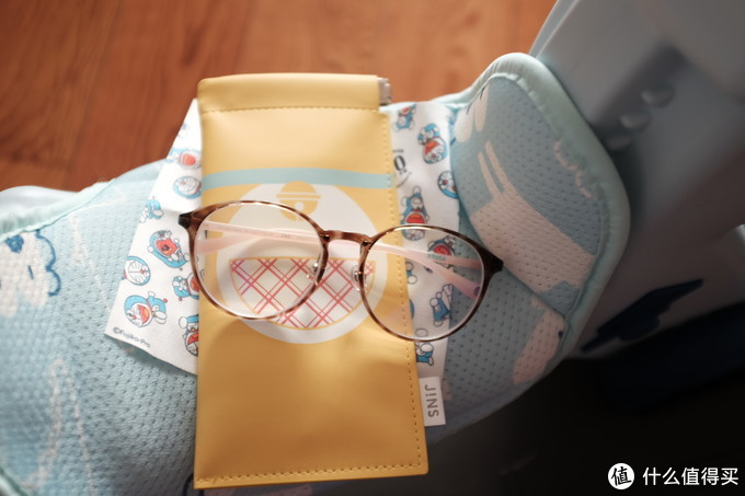 眼镜、擦镜布、收纳袋