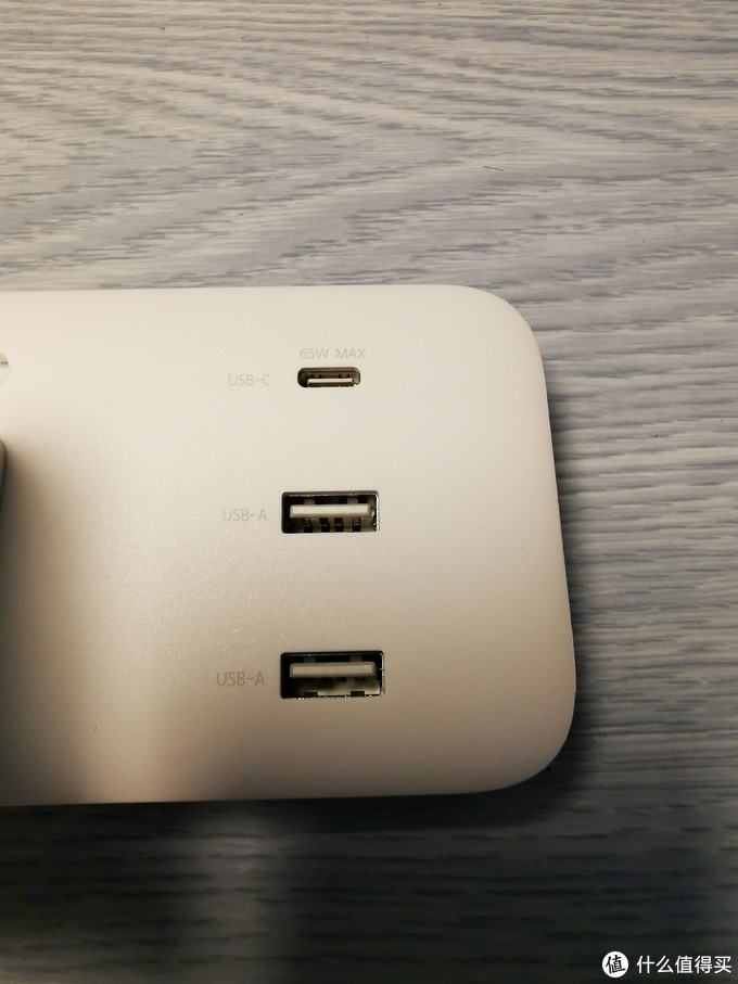 三个USB口的间距不错,足够大了。
