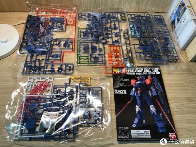开盒后,里面一共有四包模型板件和一本拼装说明书,零件还算丰富。