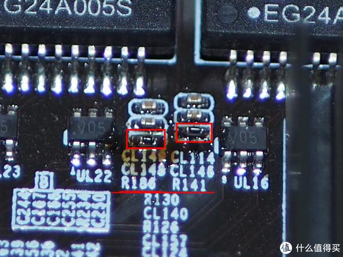 再放大,可以看到上面放了两个小电阻,黑色的