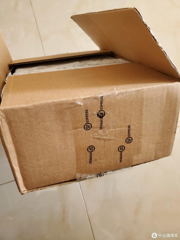 👆已经打开的是顺丰的箱子哦 不是UGG的 所以 还是算正经开箱