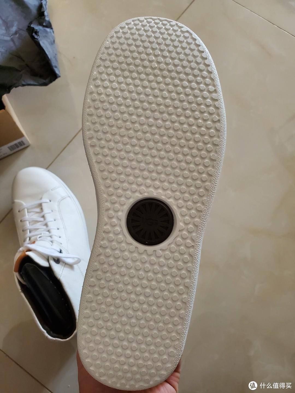👆鞋底不会硬,但跟国内MA爸卖的颜色不太一样,UGG旗舰店卖的底部那个黑⚪不是黑⚪,是个红⚪