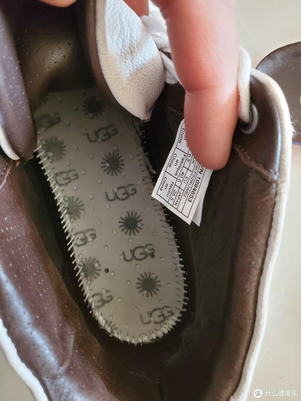 👆拿走鞋垫后可以看到鞋子内底部的做工,走线算是整齐