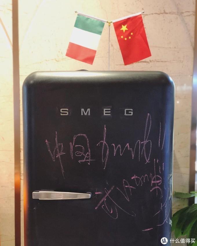"""用户应该是个中国人,写着""""中国加油,武汉加油!""""还有中国和意大利的国旗"""