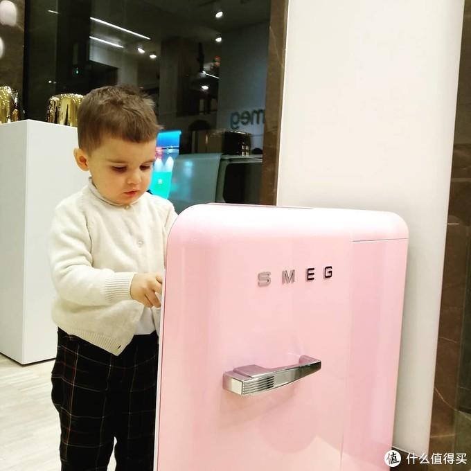 活抓一个小朋友跟冰箱的合照