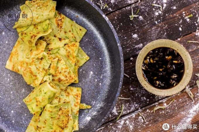 老北京面食:糊塌子,将蔬菜擦丝后加入鸡蛋面粉搅成面糊,再煎成饼
